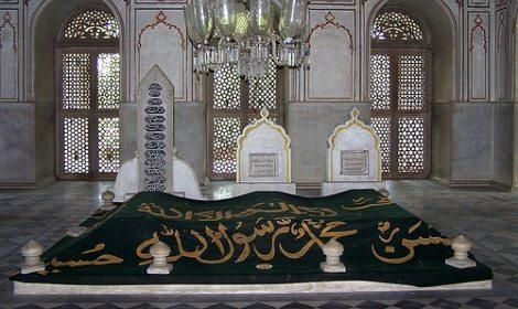 Masjid atau mushola yang terletak bersebelahan dengan makam, ada yang berpendapat boleh dan ada yang tidak, mana yang benar ?