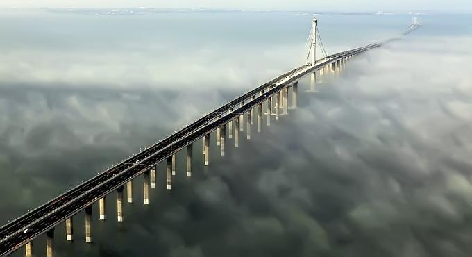 Mungkin yang dimaksud adalah jembatan shirat, bukan shiratul mustaqim. Karena kalau yang dimaksud shiratul mustaqim maka beda lagi hakikatnya ....