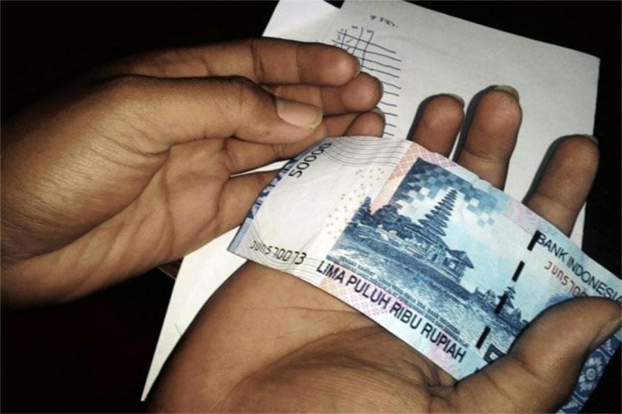 Hukum Menerima Uang Tips Bagi Karyawan