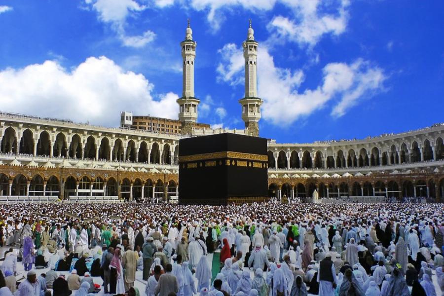melaksanakan umroh lewat bantuan bank syariah yang dimana mereka menawarkan kemudahan untuk melaksanakan umroh