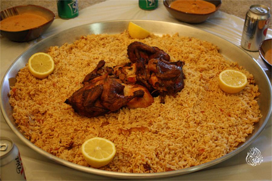 Meneruskan makan sahurnya ketika mendengar adzan di salah satu masjid yang terbiasa mengumandangkan adzan lebih awal