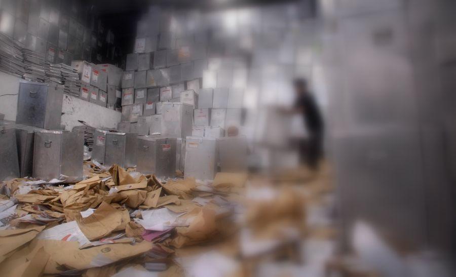 Dua pekerja membersihkan dan menata kotak suara yang akan digunakan untuk pemilihan kepala daerah (Pilkada) Kota Surabaya, di gudang penyimpanan Komisi Pemilihan Umum (KPU) Jatim di kawasan Margomulyo Surabaya, Jumat (9/4).