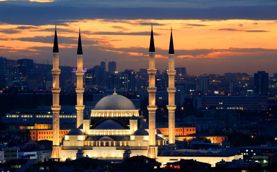Bagaimana hukumnya seorang laki-laki datang ke masjid lalu mengumandangkan azan tetapi yang mendatangi suara adzan itu cuma 2 orang nenek ....