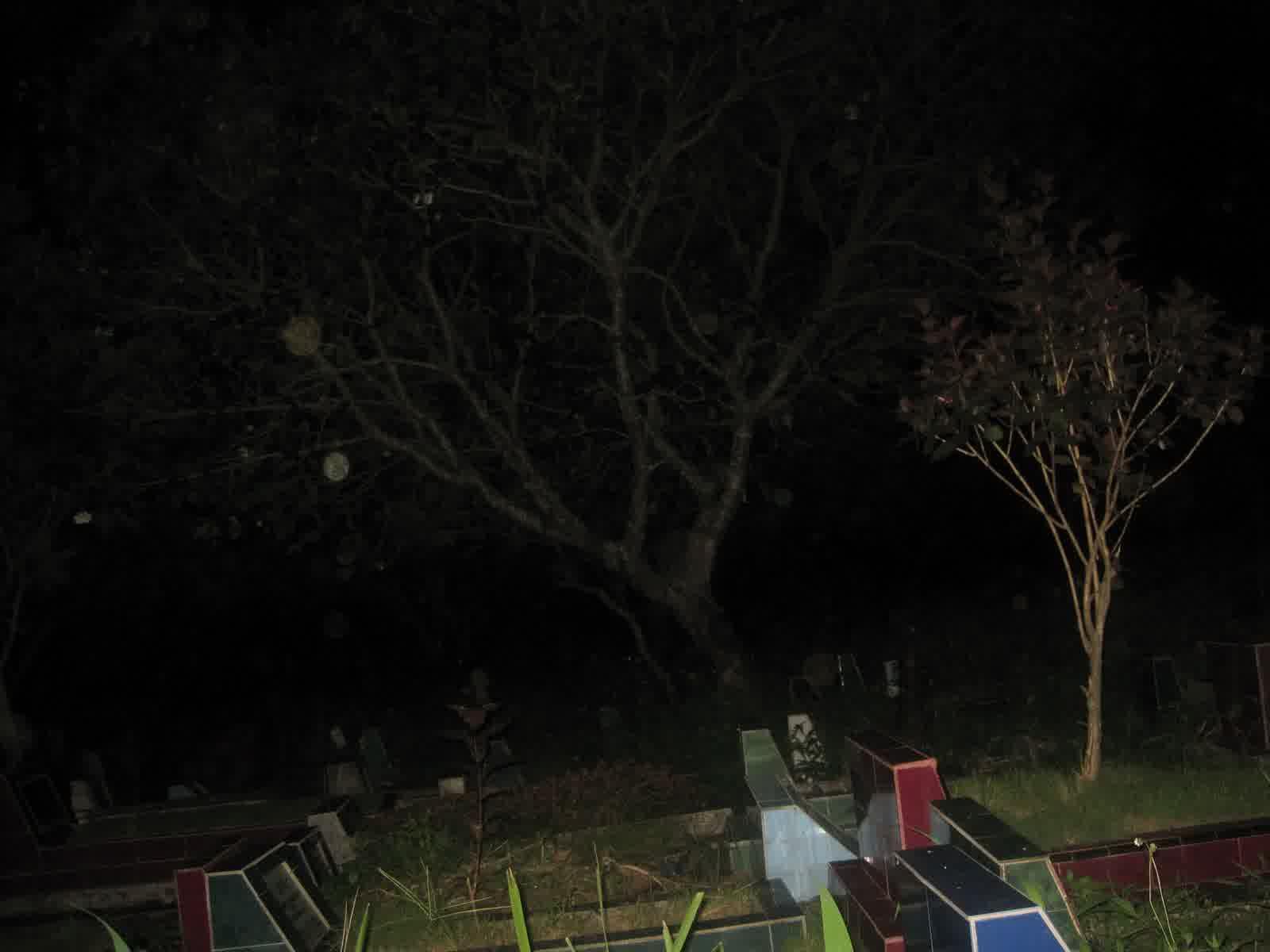 Bermalam di Kuburan