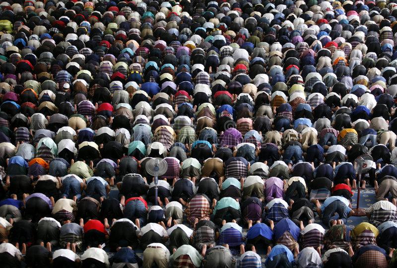 syarat menjadi imam shalat Kesempurnaan bacaan Al Quran dan banyaknya hafalan Pengetahuan terhadap sunnah hadits Waktu Hijrah Waktu masuk isl