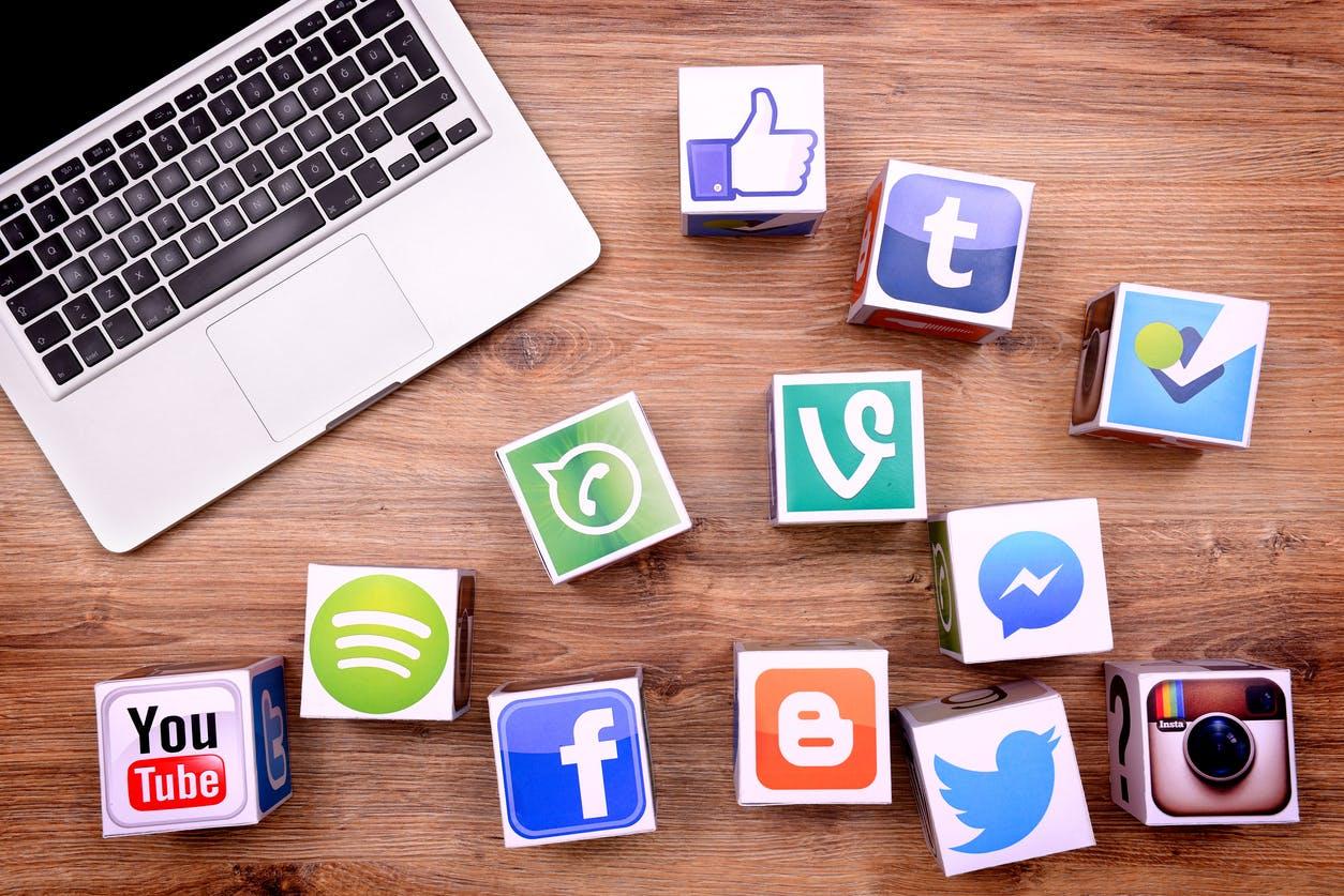 Nasehat Agar Tidak Bergampangan Curhat di Media Sosial