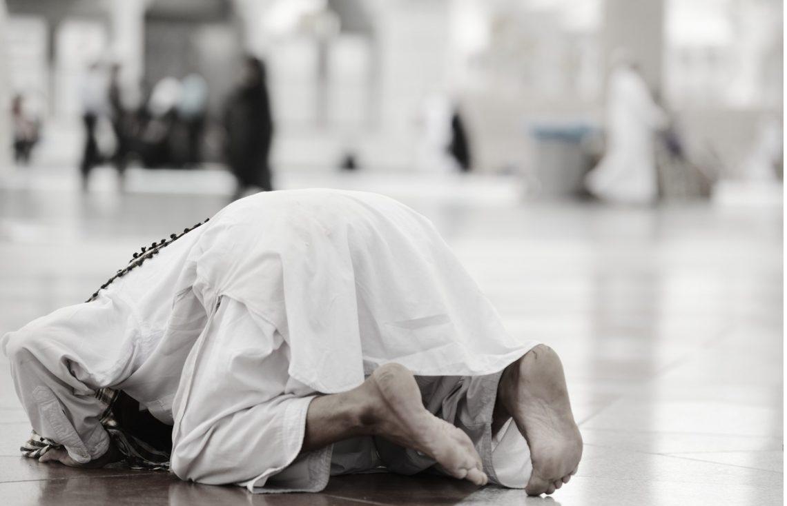 Menangis Ketika Shalat, Batal atau Tidak bimbingan islam