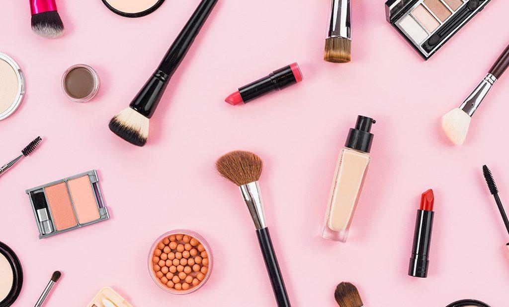 Hukum Bekerja di Perusahaan Kosmetik, di Bagian yang Tidak Berinteraksi Langsung Dengan Pembeli bimbingan islam