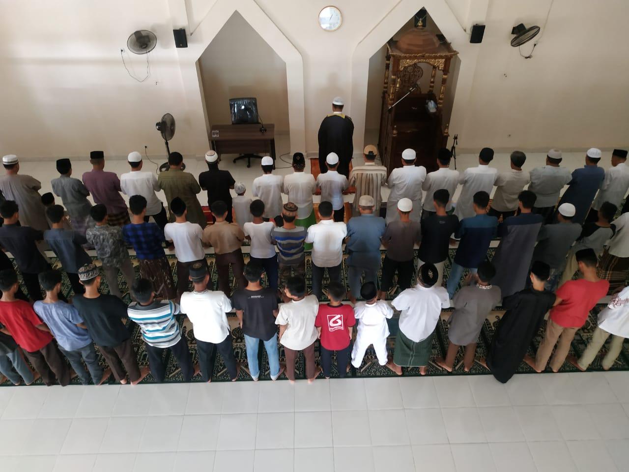 Hukum Sholat dengan Shaf Pria Sejajar atau Campur dengan Wanita bimbingan islam