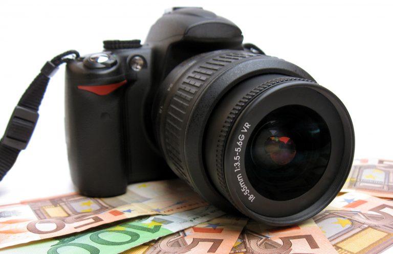 Hukum Meminjamkan Uang Guna Membeli Kamera untuk Bekerja?