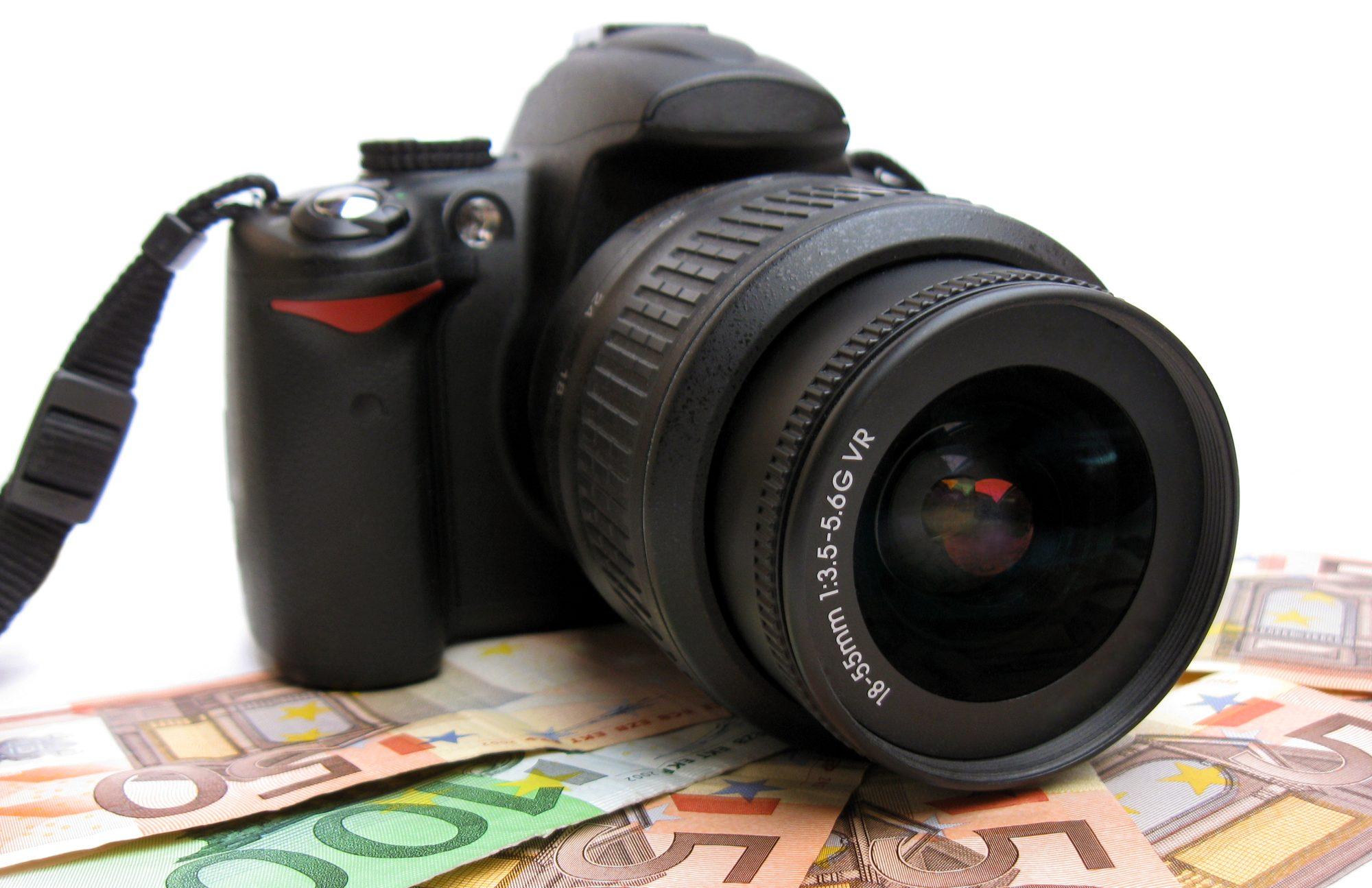 Hukum Meminjamkan Uang Guna Membeli Kamera untuk Bekerja? bimbingan islam