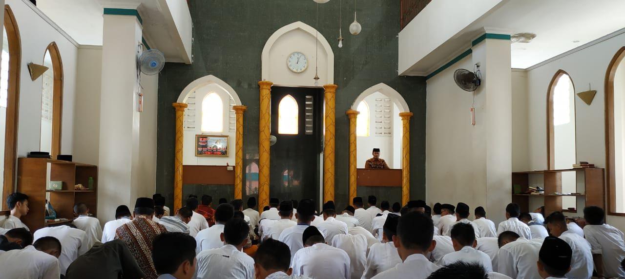 Apakah Boleh Mencatat Khutbah Jumat bimbingan islam