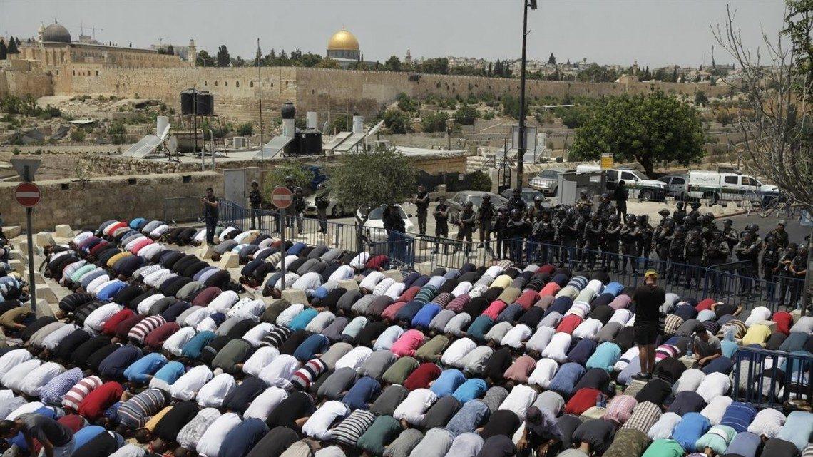 Apa yang Harus Dilakukan Jika Tidak Sengaja Melewati Orang yang Sedang Sholat bimbingan islam
