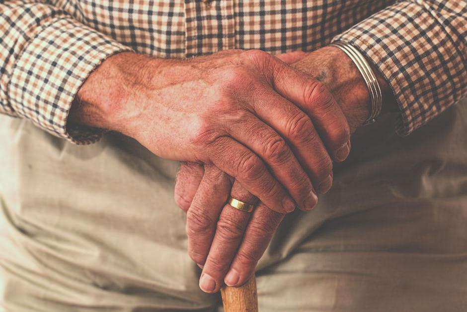 Bagaimana Sikap Merawat Orang Tua yang Sering Membuat Emosi?