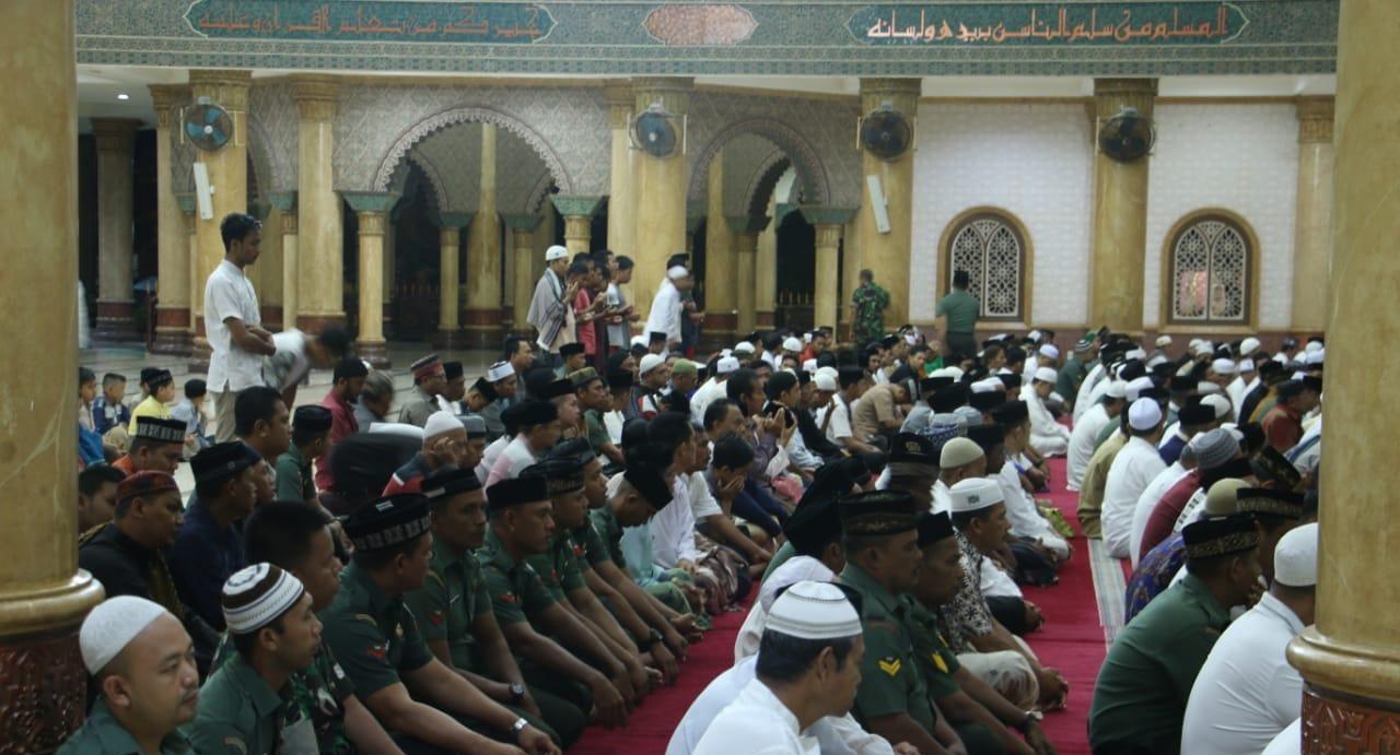Jamak Shalat Maghrib, Dengan Imam Sholat Isya Qoshor, Apa Boleh?