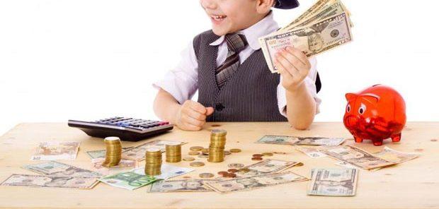 Bagaimana Hukum Orang Tua Mengambil Uang atau THR yang Diberikan Pada Anak?