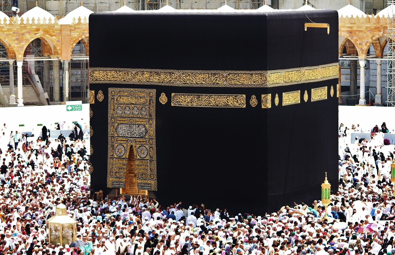 Haji Namun Menunggu Lama, atau Umrah yang Langsung Berangkat?